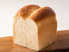 【全粒粉食パン】 麦のすべてを使っているため、鉄分等の栄養も手軽に摂れます♪食べ応えもバツグン!