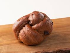 【チョコブレッド】 チョコを練り込んだもちもちパンにチョコチップがたっぷり。